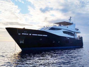 Maldives Liveaboard: 79' Yacht
